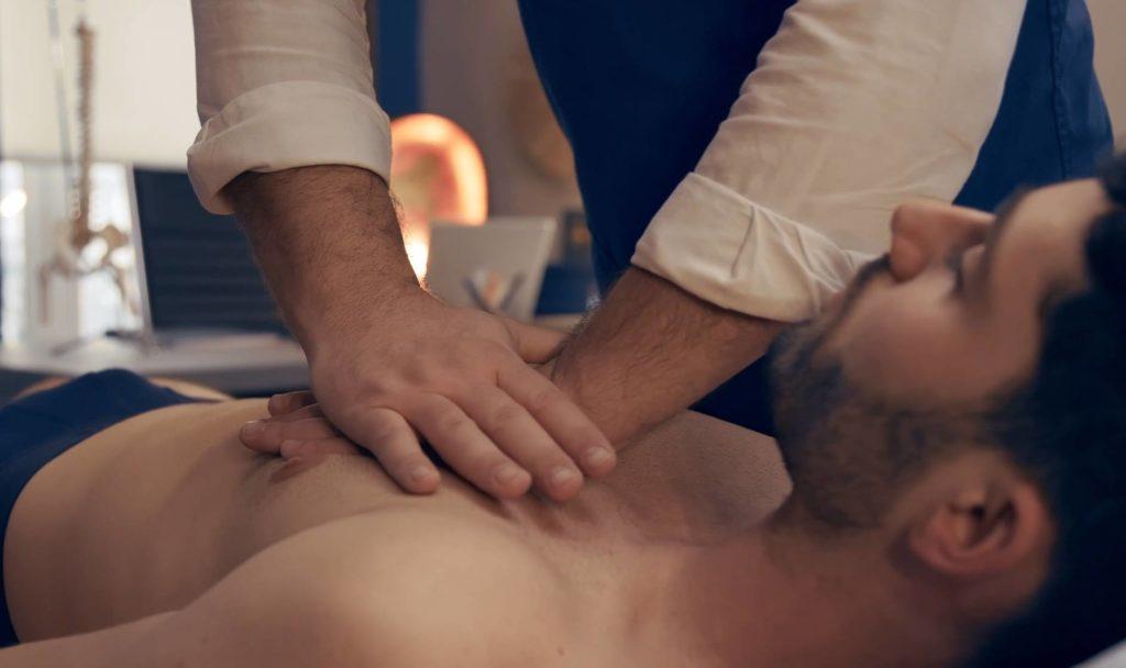 Technique ostéopathique sur le thorax d'un adulte.