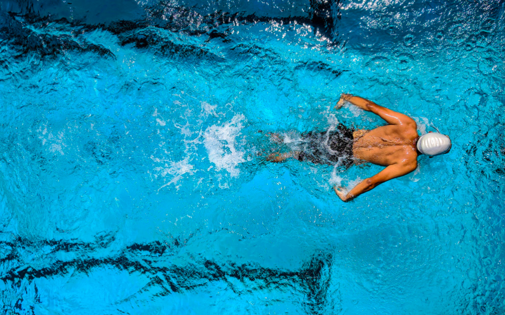 Image d'un sportif faisant de la natation.